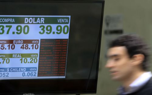 El dólar bajó 10 centavos y la tasa tuvo una leve caída
