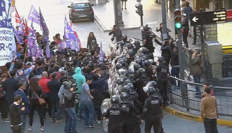 Hubo incidentes entre manifestantes y la policía en el desalojo de un corte en Callao y Corrientes