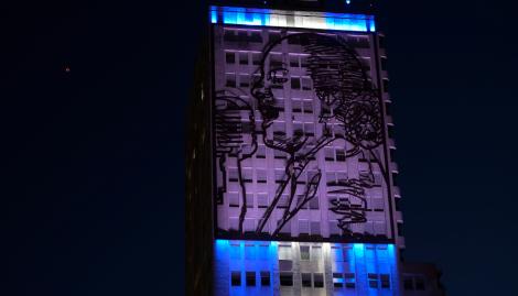 Se volvió a iluminar la imagen de Evita en el Ministerio de Desarrollo Social