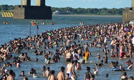 Con mayoría de chaqueños, las playas de Corrientes recibieron el año con una multitud