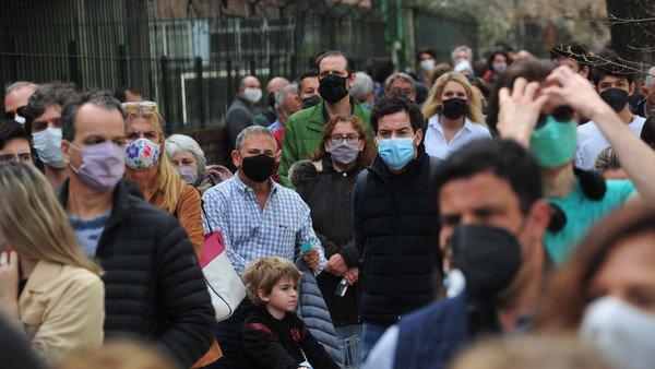 como-fue-votar-en-pandemia-en-las-paso-2021:-largas-filas-y-poca-distancia-afuera-de-los-colegios