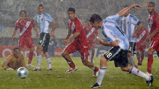 argentina-peru:-un-duelo-con-historias,-mitos-y-triunfos-agonicos